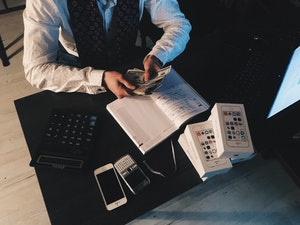 5 Disadvantages and Advantages of Services Offered By Amazon Accountants